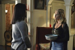 xhanna-brought-a-dish-pretty-little-liars-s5e12.jpg.pagespeed.ic.v7hk9bHVoC