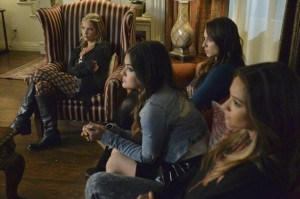 xnot-festive-pretty-little-liars-s5e12.jpg.pagespeed.ic.rYpyRZiKaY
